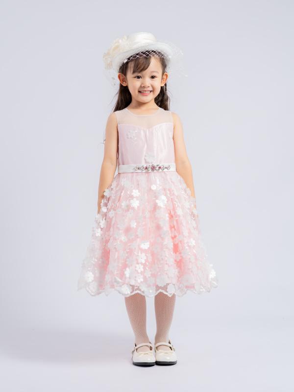 薄いピンクにホワイトの小花が沢山散りばめられキュートなインポートドレスです。気分は、まるでプリンセス・・・(モデル身長107㎝ シャルル110cm着用)