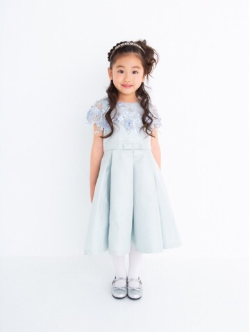 淡いピンクと全体にあしらわれた刺繍がとても上品で可愛らしいドレスです。襟まわりから袖にかけてシースルーになっているのデザインがとてもお洒落。お腹部分にある同色のリボンが可愛らしさアップ!体部分に触れる部分のチュールはコットンになっておりますので小さなお子様も安心して着用していただけます。