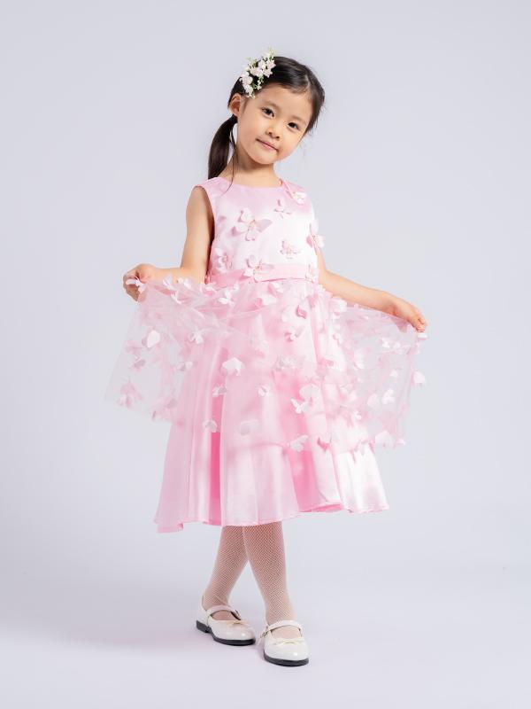 女の子が大好きなピンクにたくさんの蝶々があしらわれ、まるでお花畑いるような華やかでキュートなインポートドレスです。