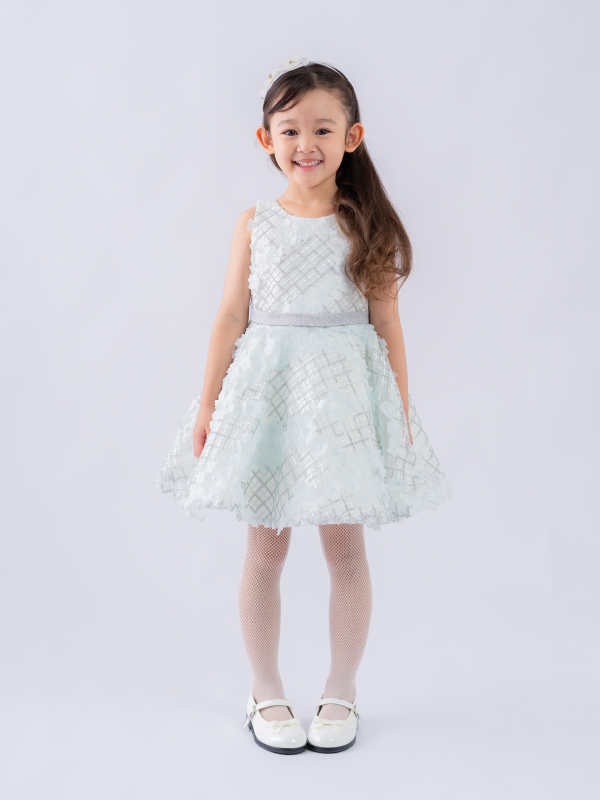 ホワイトの小花が沢山散りばめられキュートなインポートドレスです。大きなバックリボンが可愛く、フラワーガールにも人気です。(モデル身長107㎝ ララ110cm着用)