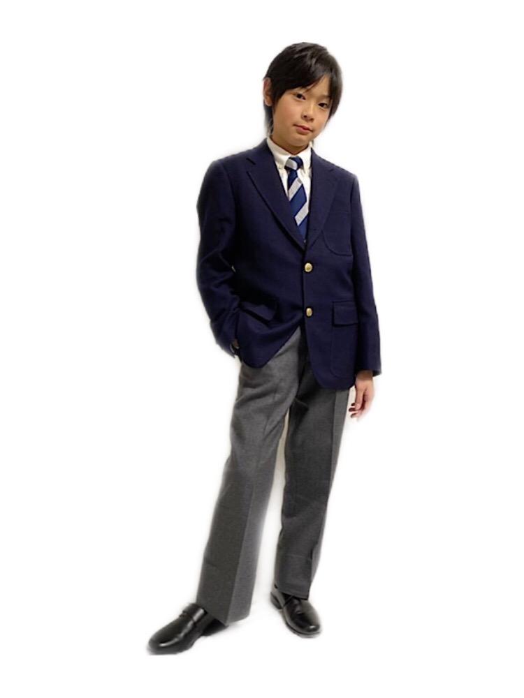 とてもスタイリッシュなJPRESS男の子のフォーマルスーツです。シャツはポリエステルなので少し伸縮性もありシワになりにくく、着心地が良い素材です。結婚式や発表会、入学式や卒業式など幅広くご使用してただけるトータルコーディネート商品です。セット内容は、ジャケット・パンツ・シャツ・ネクタイ・サスペンダー・ソックスとなります。