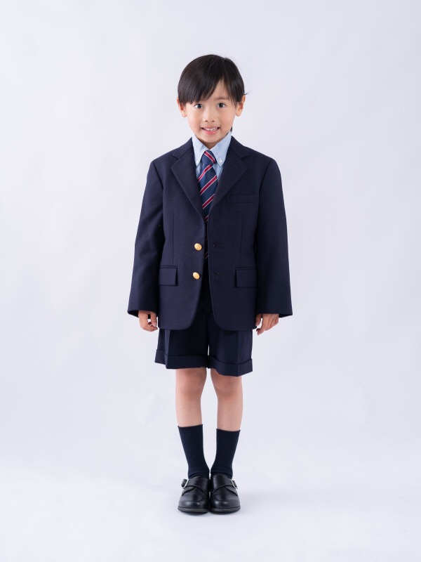 シルエットがとてもきれいな上質なラルフローレ男の子フォーマルスーツです。(モデル身長116㎝)