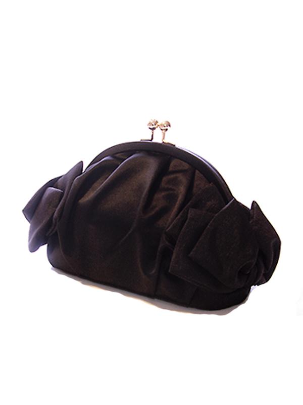 サイドにあるリボンモチーフがとても可愛いパーティーバッグです。シンプルながらもリボンがポイントとなりドレススタイルに華を添えてくれるバッグです。