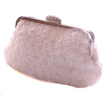 全体にあしらわれたフラワーモチーフがとても華やか。小振りながら存在感のある上品なパーティーバッグです。