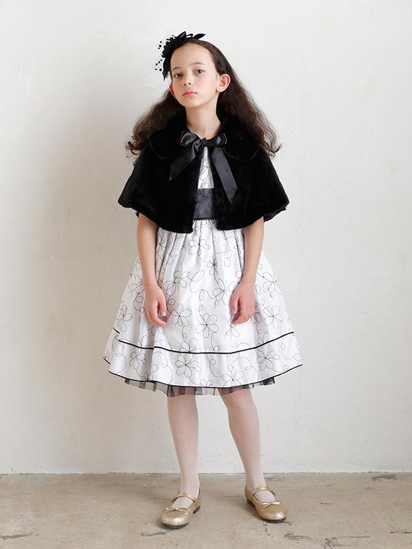 もこもこした素材がとても暖かく可愛らしいケープです。気軽に羽織れ、防寒対策にもなりどんなドレスにもお似合いの一枚です。(モデル130㎝)