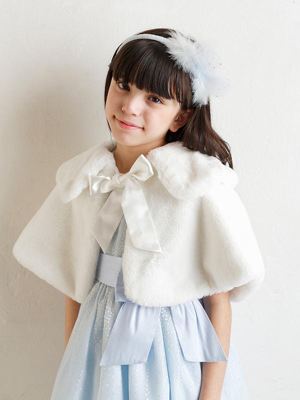 もこもこした素材がとても暖かく可愛らしいケープです。気軽に羽織れ、防寒対策にもなりどんなドレスにもお似合いの一枚です。(モデル134㎝)