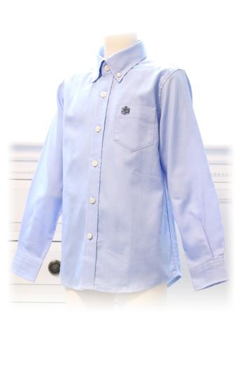 ブルーのシャツが差し色で春らしいコーディネイトです。