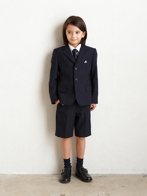 シルエットがとてもきれいな上質なJPRESS男の子フォーマルスーツです。シャツ・ネクタイ・ソックスのセットです。(モデル身長119㎝・サイズ120㎝着用写真)