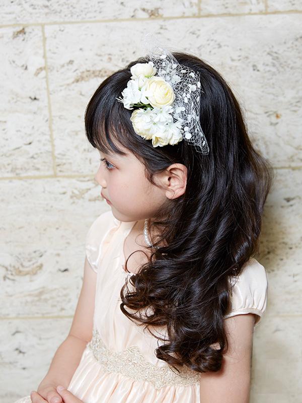 白とアイボリーのお花が可愛らしいカチューシャです。チュールがフォーマル感をより強調してくれるカチューシャです。