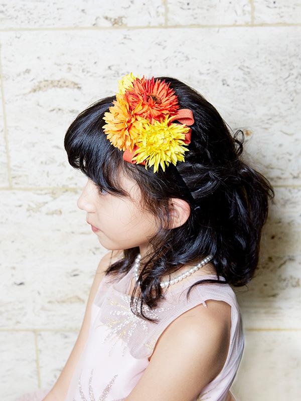 黄色やオレンジのお花が可愛らしいカチューシャです。オレンジ色のグログラン生地のリボンが可愛らしさをより引き立ててくるカチューシャです。