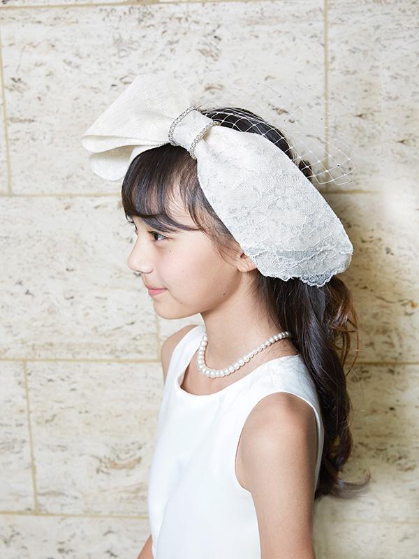 ファブリック素材の大きなリボンにレースやビジューがついたとてもゴージャス&上品なヘッドドレスです。チュールが可憐さも演出してくれるとても印象的なヘッドドレスです。ブランド名:MISAHSRADA london