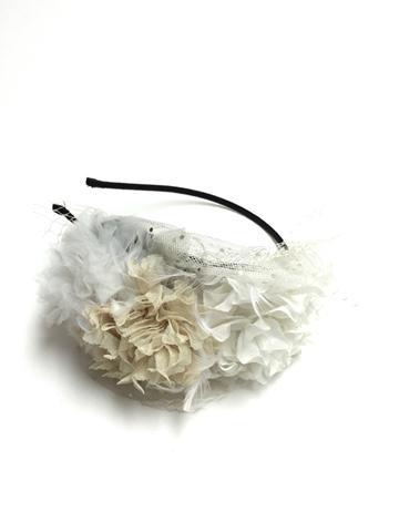 やわらかなチュール素材のお色目ちがいのホワイトグラデーションの大きなお花とネットの組み合わせがより一層華やかさを増してくれます。