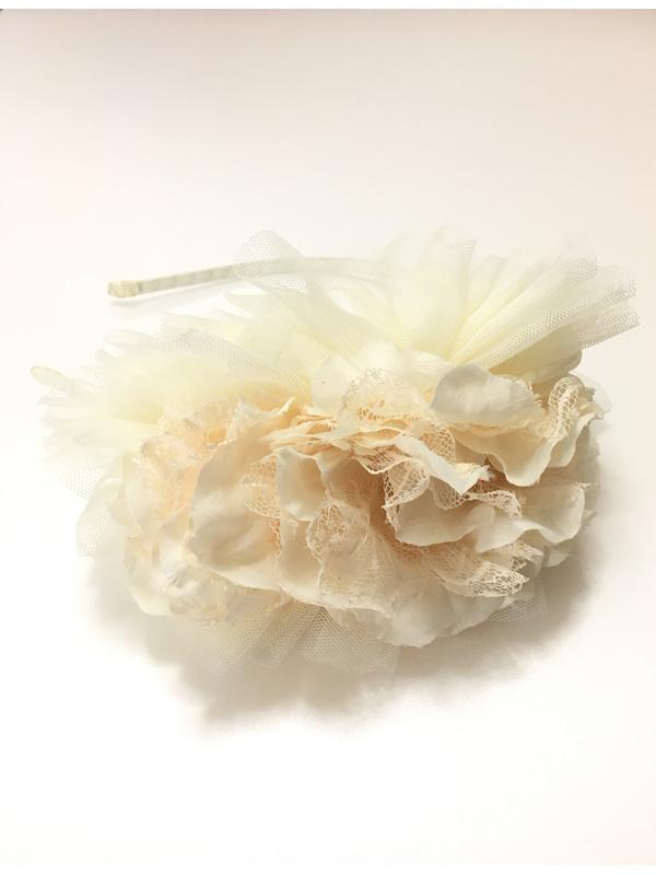 やわらかなチュール素材の大きなお花のが存在感あり、特別感のあるヘッドドレスです。