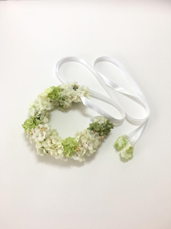 ホワイトチュール素材のお花が連なって、リボンで結ぶタイプのヘアーアクセサリーです。フラワークラウンのようにもお使い頂けます。