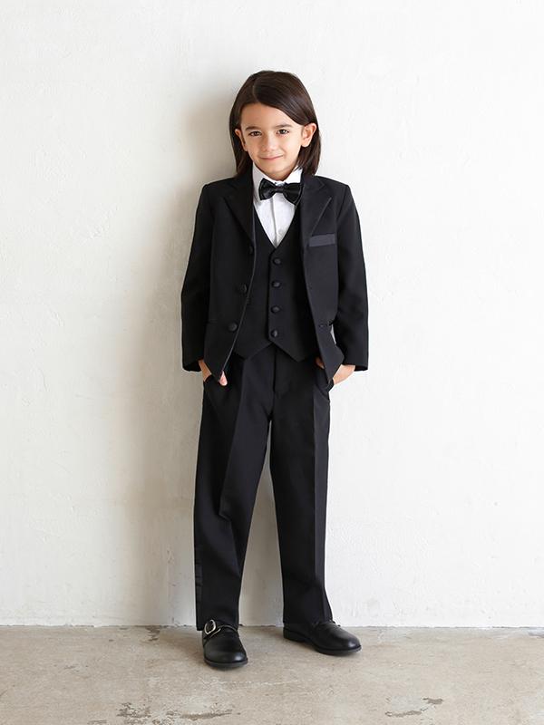 男の子をトータルコーディネイトしたとても便利でお洒落なセットアップ商品です。セット内容は、ジャケット・パンツ・シャツ・ベスト・ネクタイ・サスペンダーとなります。(モデル身長119㎝・サイズ120㎝着用写真)
